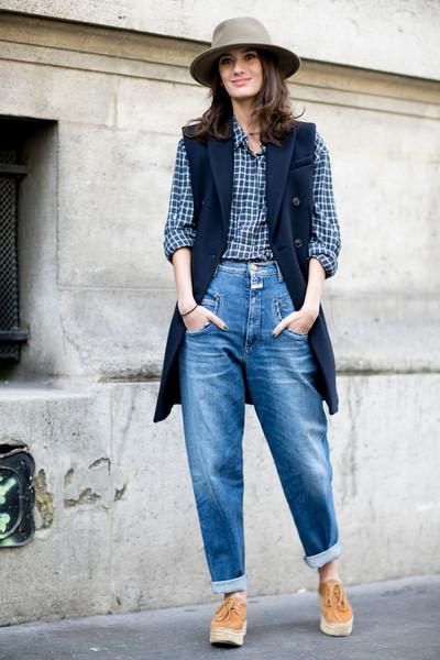 С чем носить широкие джинсы - с рубашкой в клетку и жилеткой