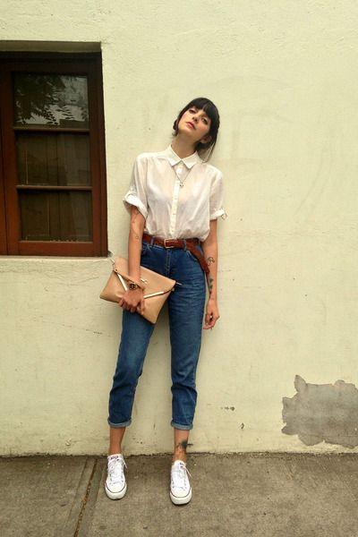 Mom jeans с белой рубашкой и белыми кедами