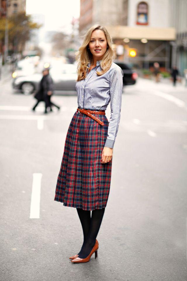 Клетчатая юбка миди осенью в сочетании с плотными колготами и рубашкой