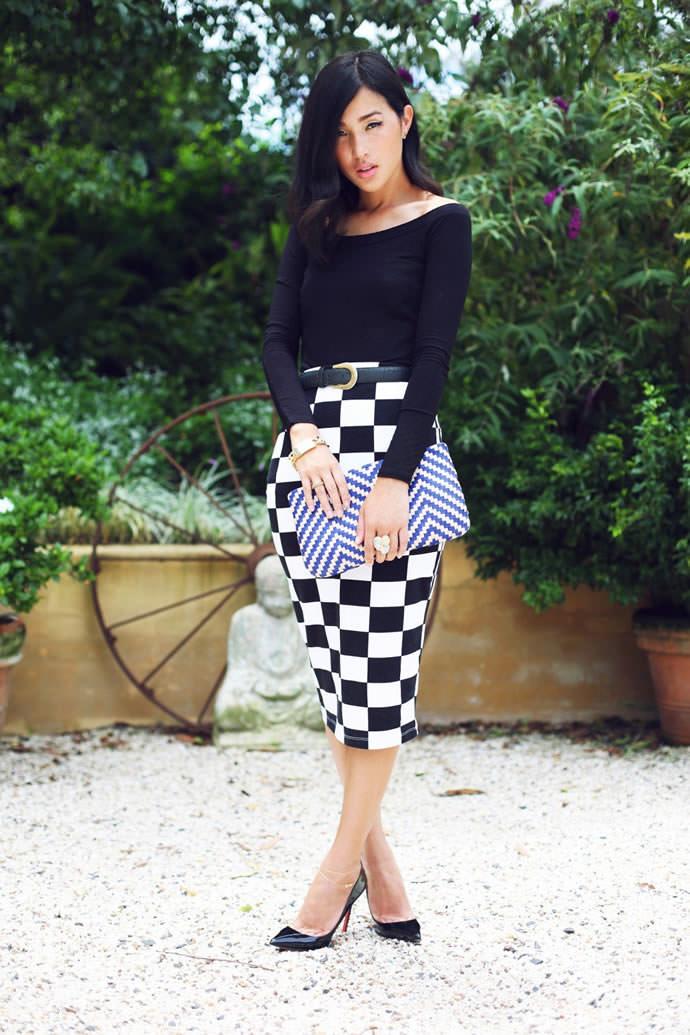 Черно-белая юбка в клетку с черным гольфом и черными туфлями на каблуке