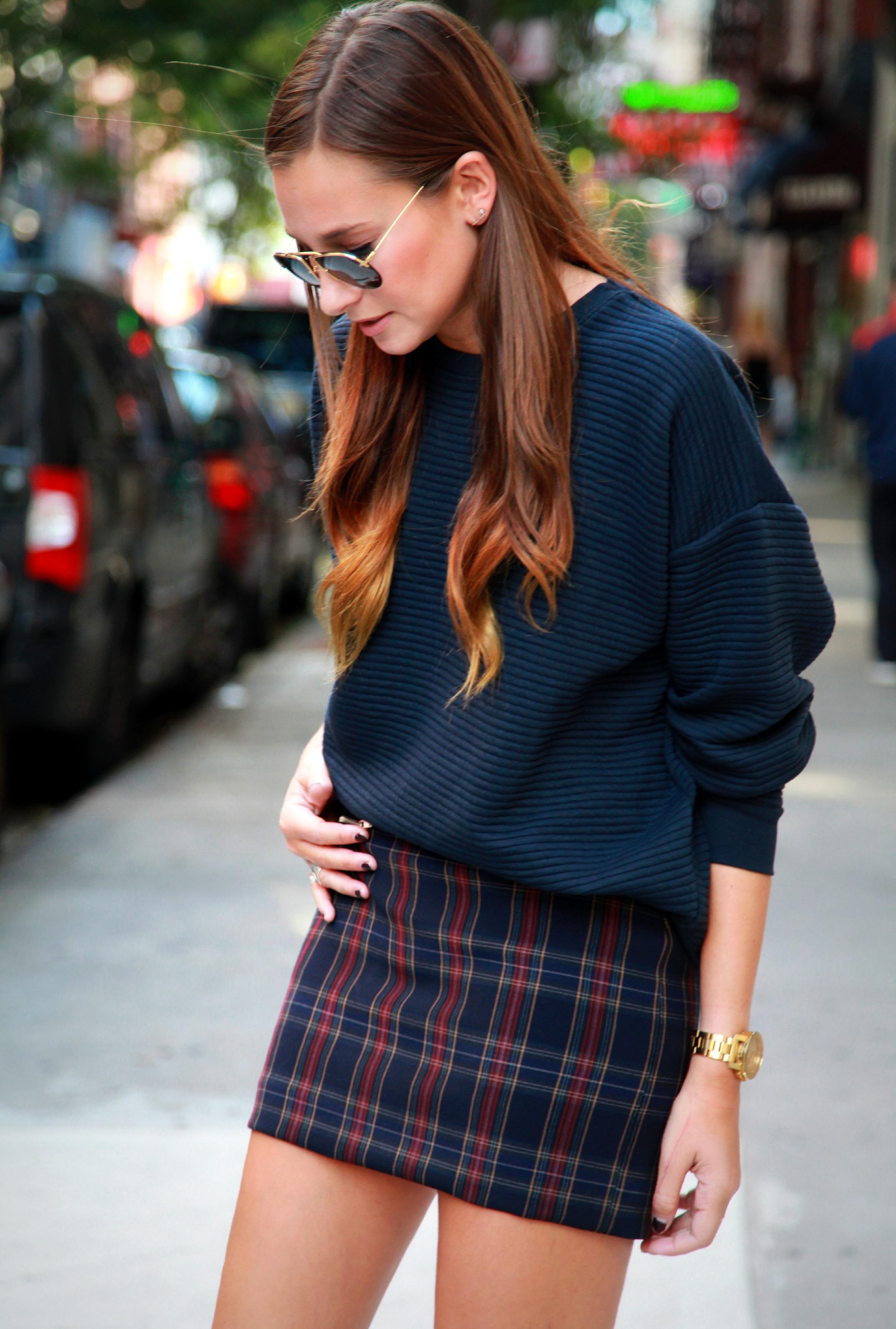 Короткая клетчатая юбка и объемный свитер в тон