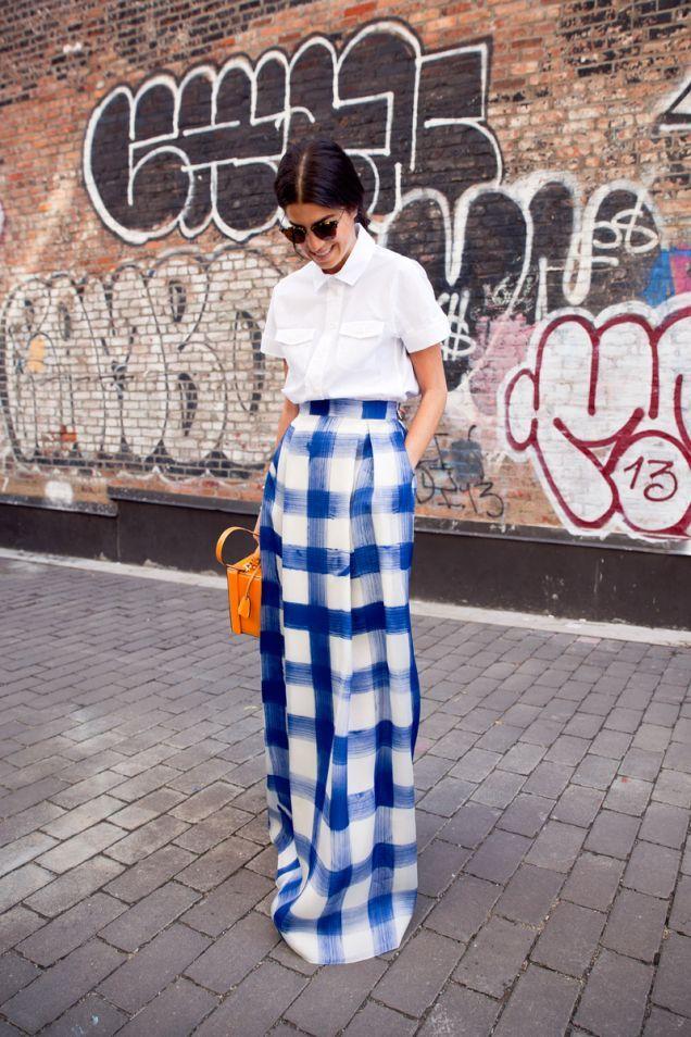 С чем носить клетчатую юбку в пол летом - с белой рубашкой и ярким аксессуаром