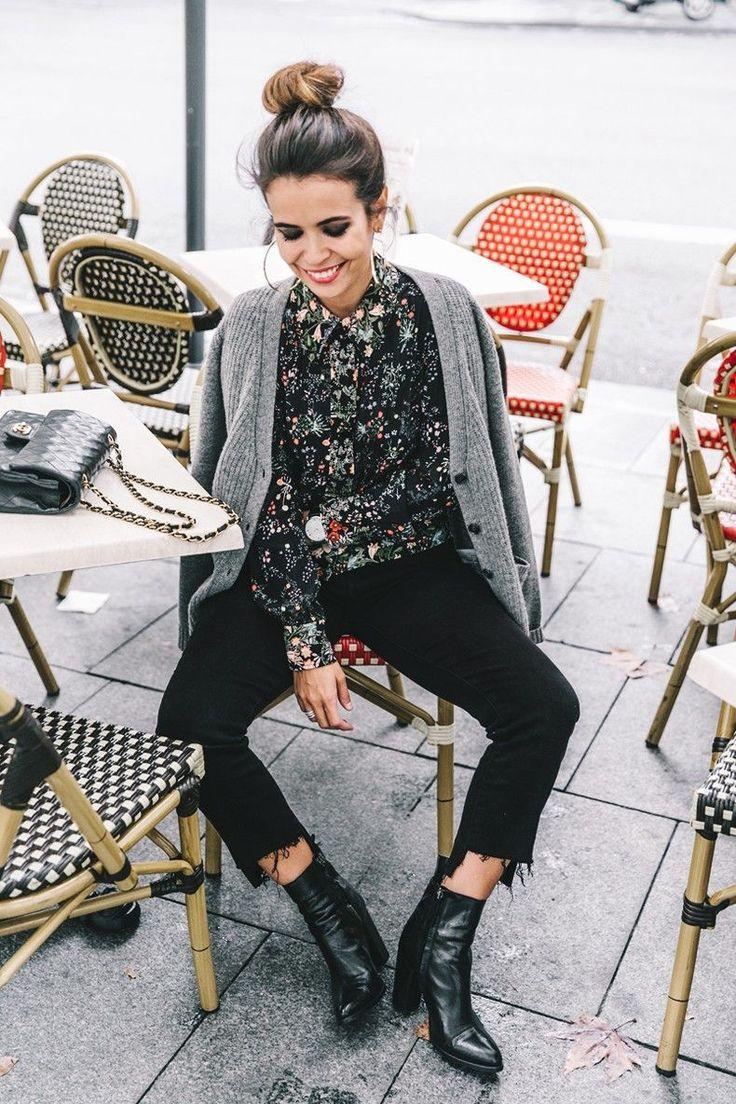 Носите темные джинсы с блузкой с цветочным принтом