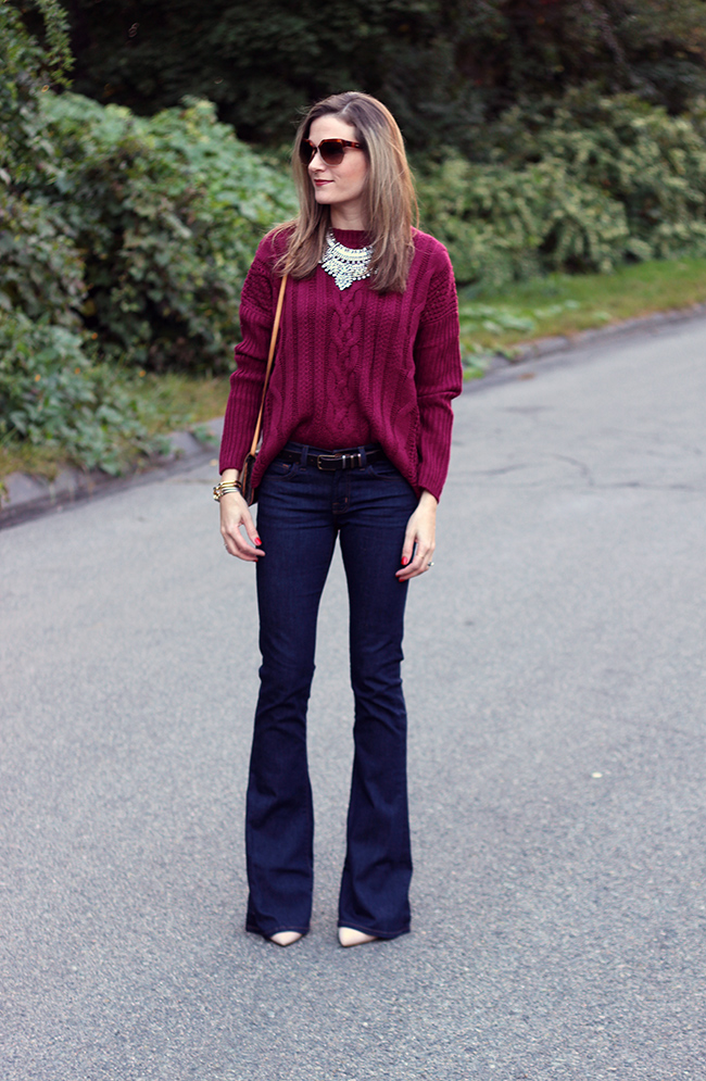 С чем носить расклешенные джинсы осенью
