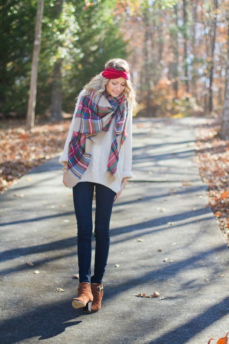 С чем носить узкие джинсы: с объемным свитером и ботинками на толстом каблуке