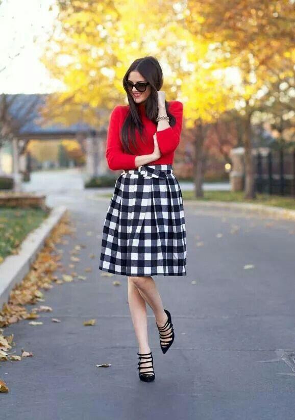 Черно-белая юбка в клетку и красный свитер