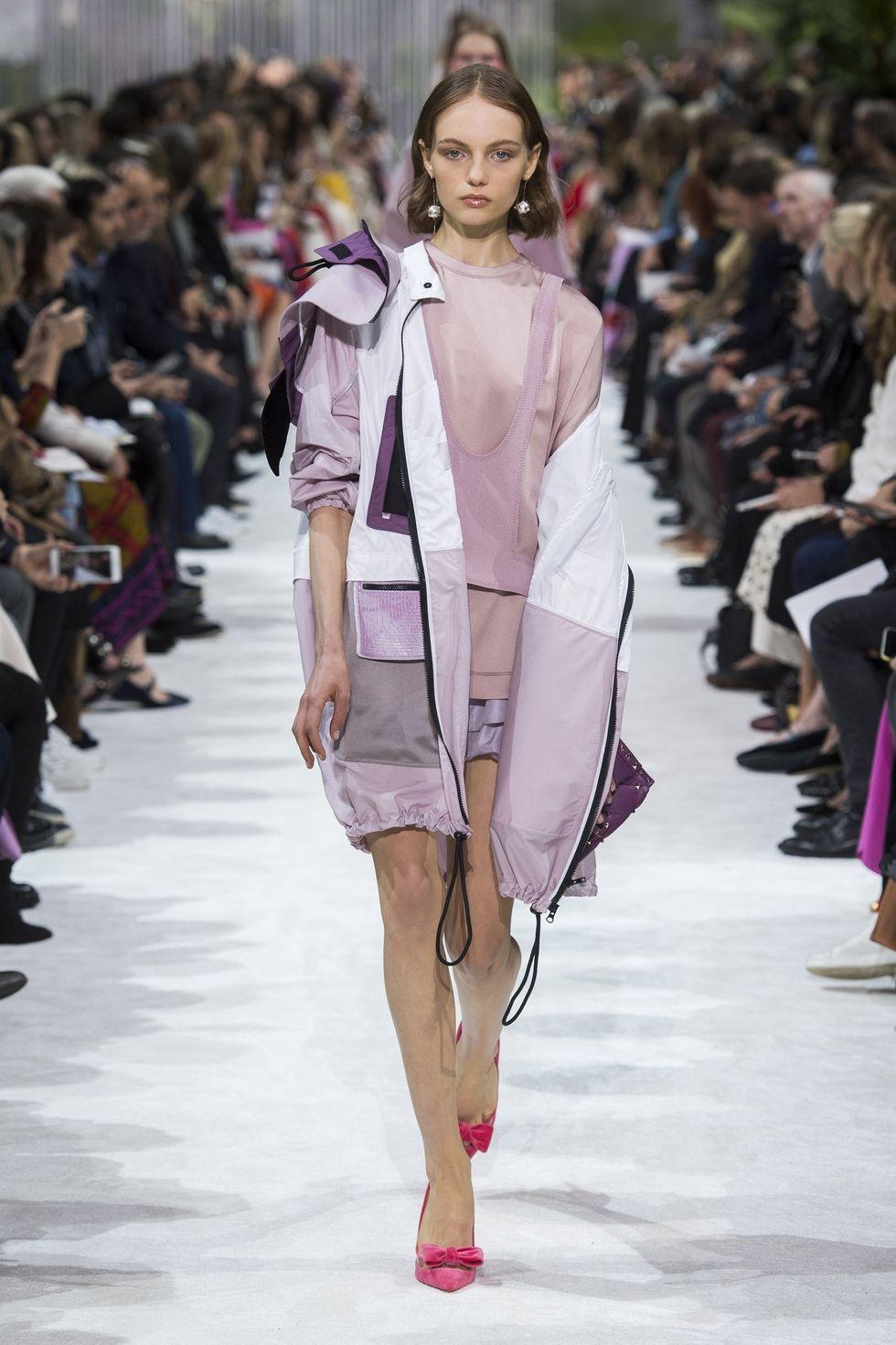 Какие куртки будут модными весно 2018 - длинная ветровка от Valentino