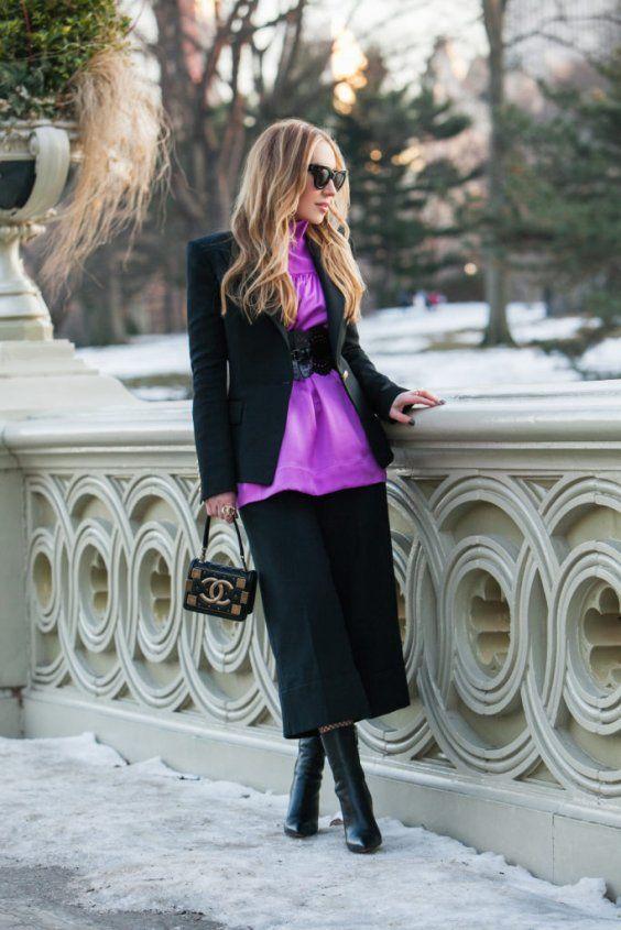 Фиолетовая блузка с черными брюками и черным жакетом