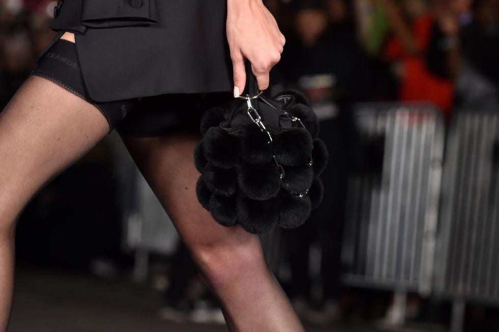 Черная сумка с меховыми деталями. Alexander Wang SS 2018