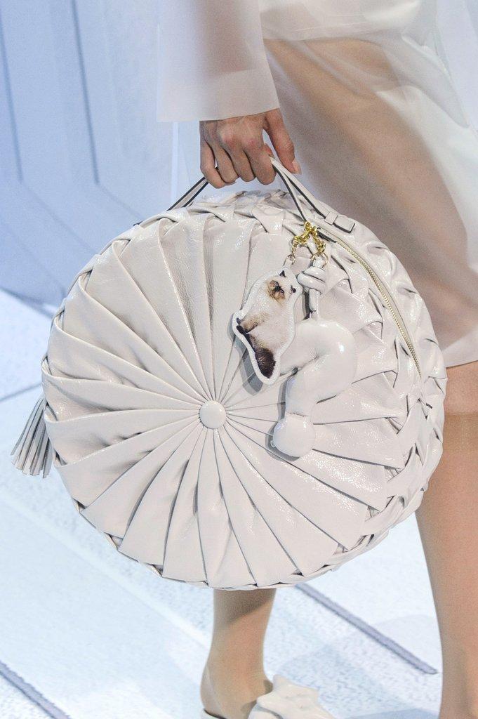 Модная круглая сумка из весенне-летней коллекция Anya Hindmarch 2018