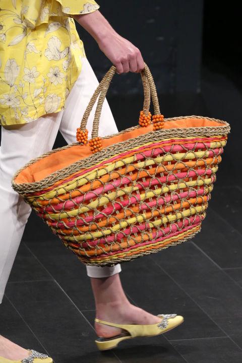Яркая плетеная сумка-корзина из коллекции Badgley Mischka для лета 2018