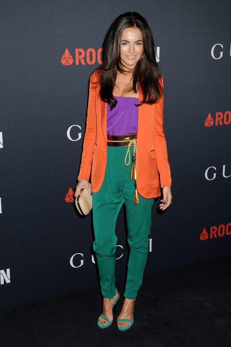 Камилла Белль в фиолетовом топе с оранжевым жакетом и зелеными брюками