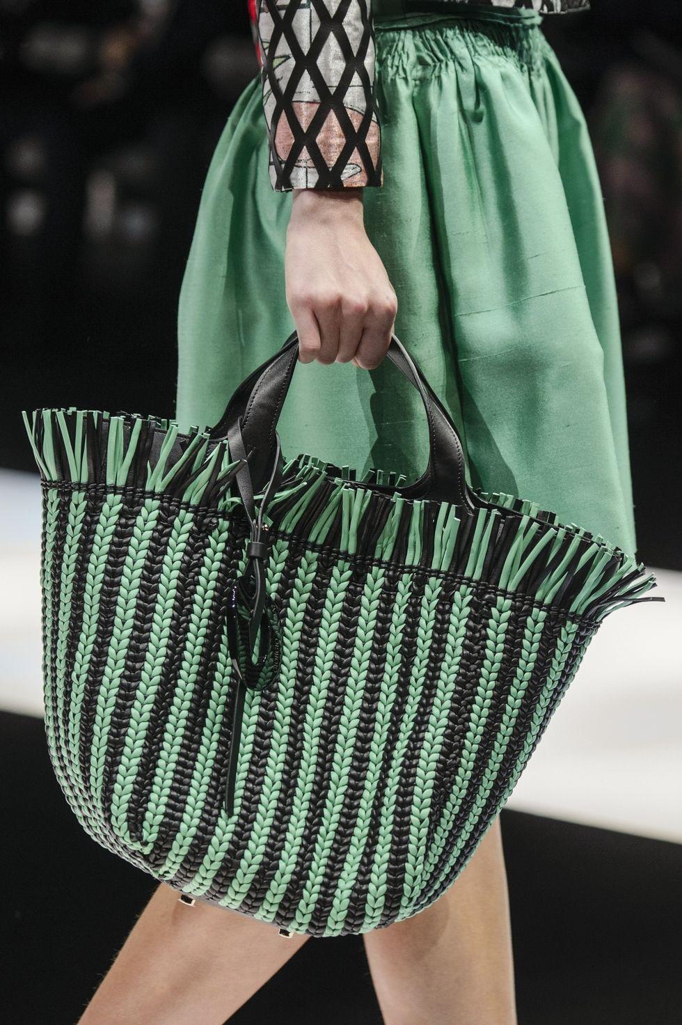 Плетеная черно-зеленая сумка с бахромой от Giorgio Armani