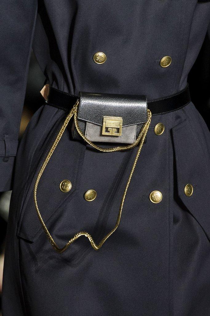 Маленькая сумка-кошелек на поясе от Givenchy