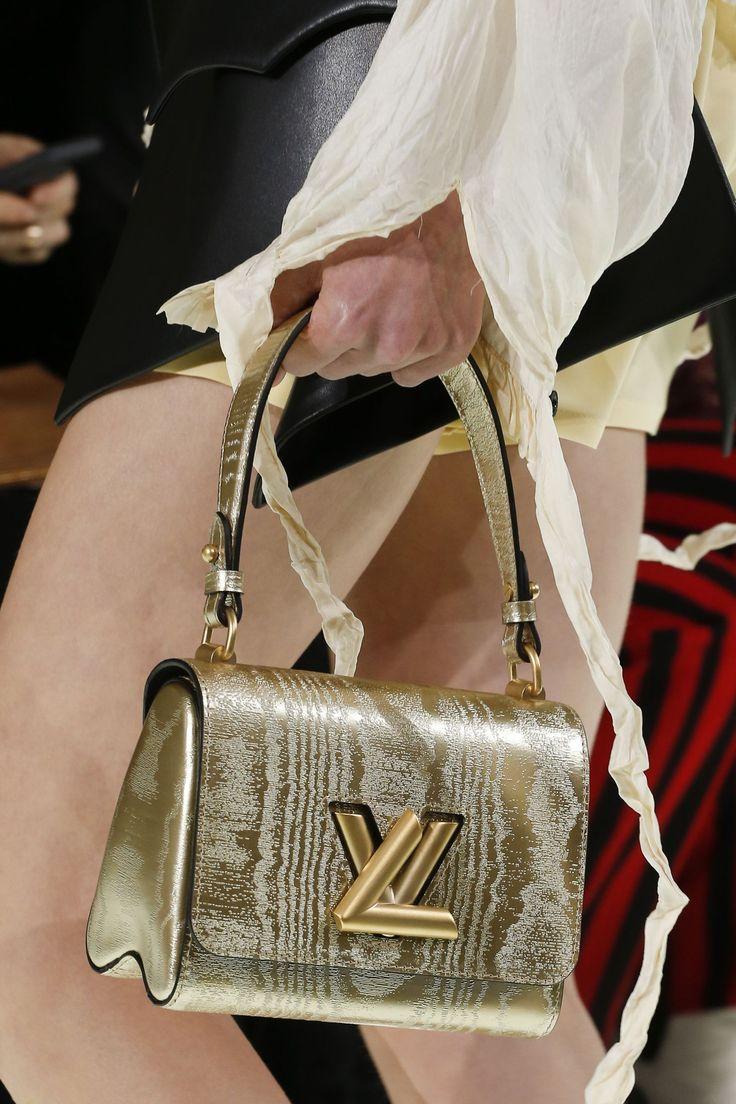 Модная сумка золотистого цвета из коллекции Louis Vuitton весна-лето 2018 a0ca31908ce