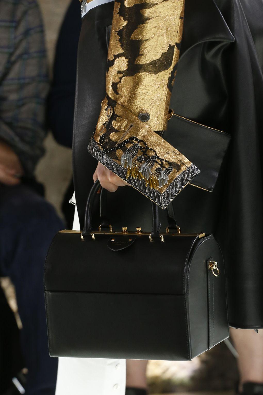 Черная сумка в форме сундука из коллекции Louis Vuitton
