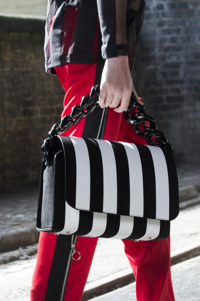Черно-белая сумка в полоску. Marques' Almeida SS 2018