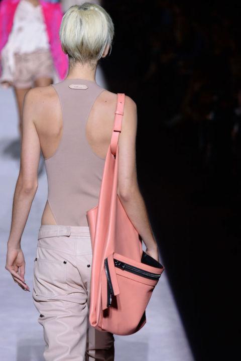 Объемная розовая сумка из коллекции Tom Ford SS 2018