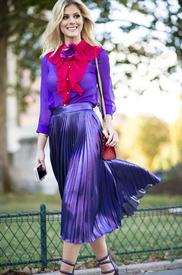 Блузка цвета ультрафиолет в сочетании с плиссированной юбкой такого же цвета