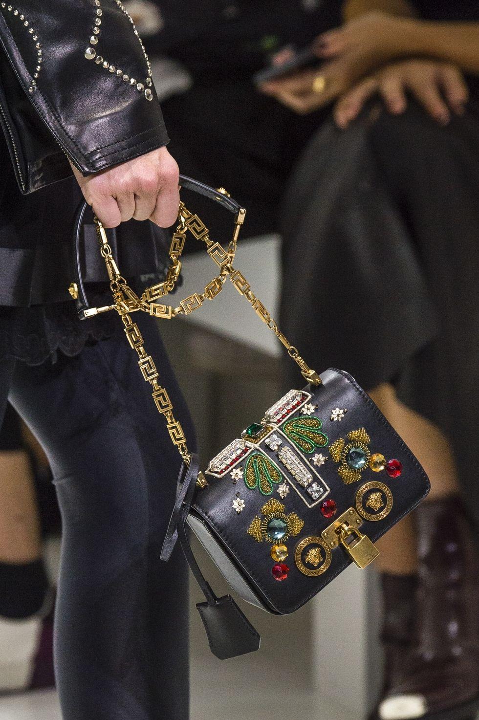 Небольшая черная сумка с камнями на цепочке. Коллекция Versace SS 2018