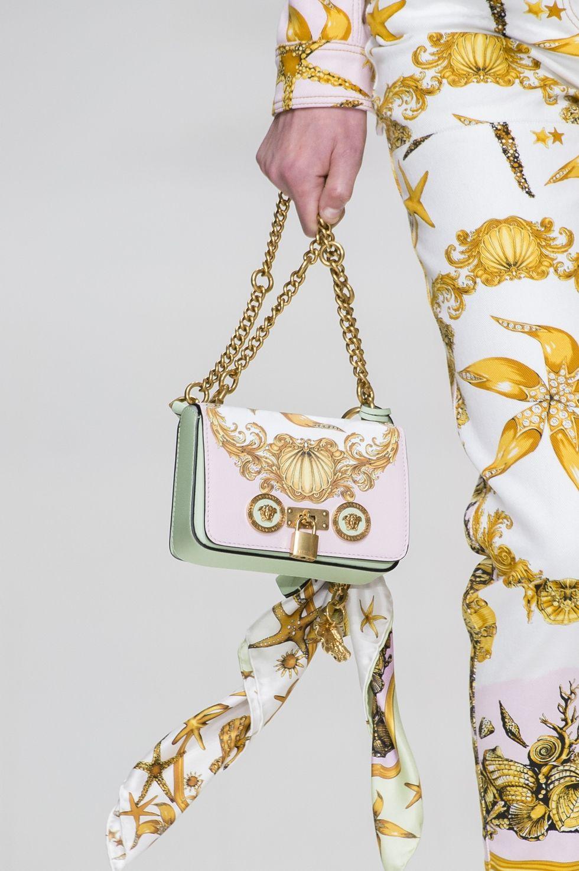 Белая сумка с золотым декором из коллекции Versace весна-лето 2018