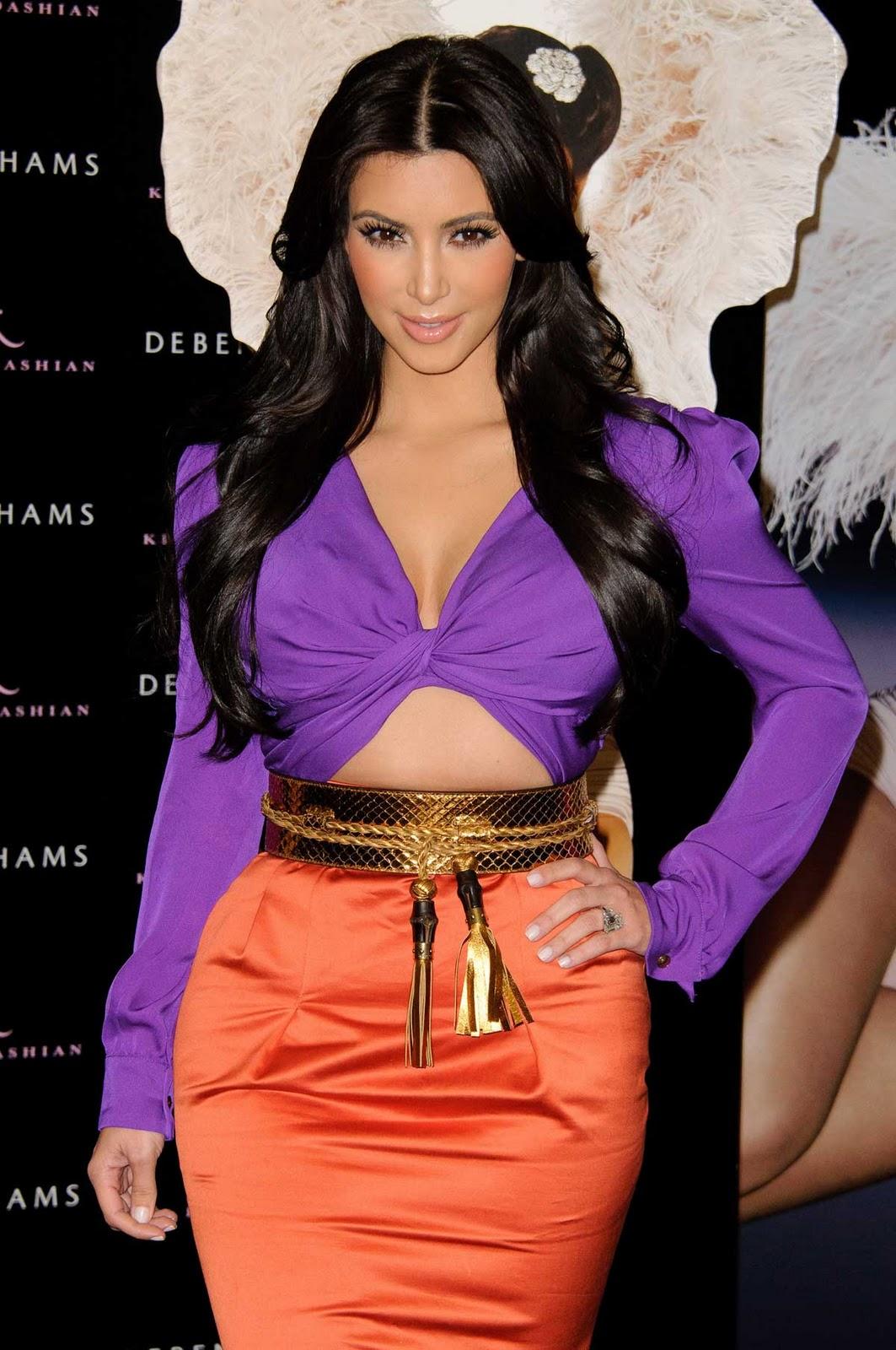 Ким Кардашян в фиолетовой блузке и персиковой юбке