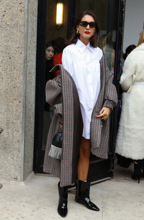 Клетчатое пальто, черные ботильоны, белое платье