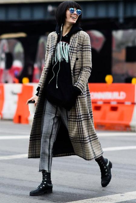 Клетчатое пальто в сочетании с серыми брюками в клетку