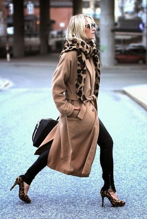 Шарф с леопардовым принтом и бежевое пальто
