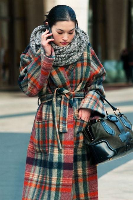 Пальто в клетку и серый шарф