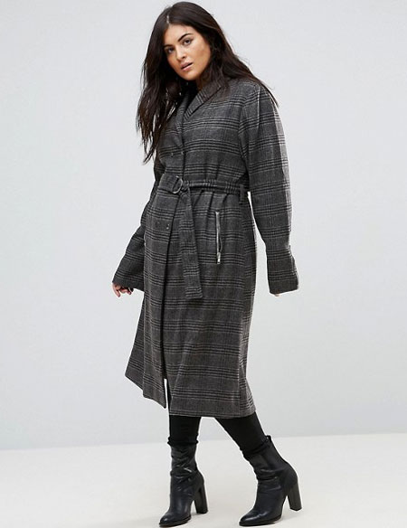 Клетчатое пальто на полной девушке