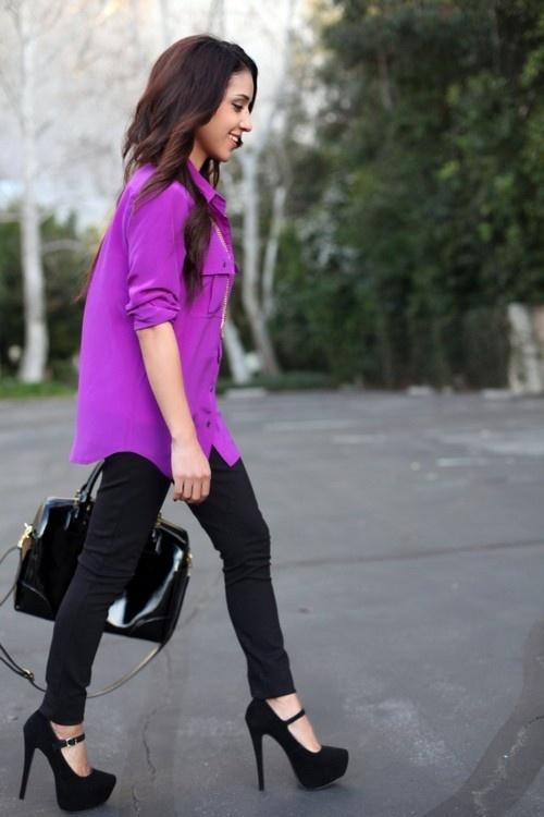 Фиолетовая блузка, черные узкие брюки и черные туфли на каблуке
