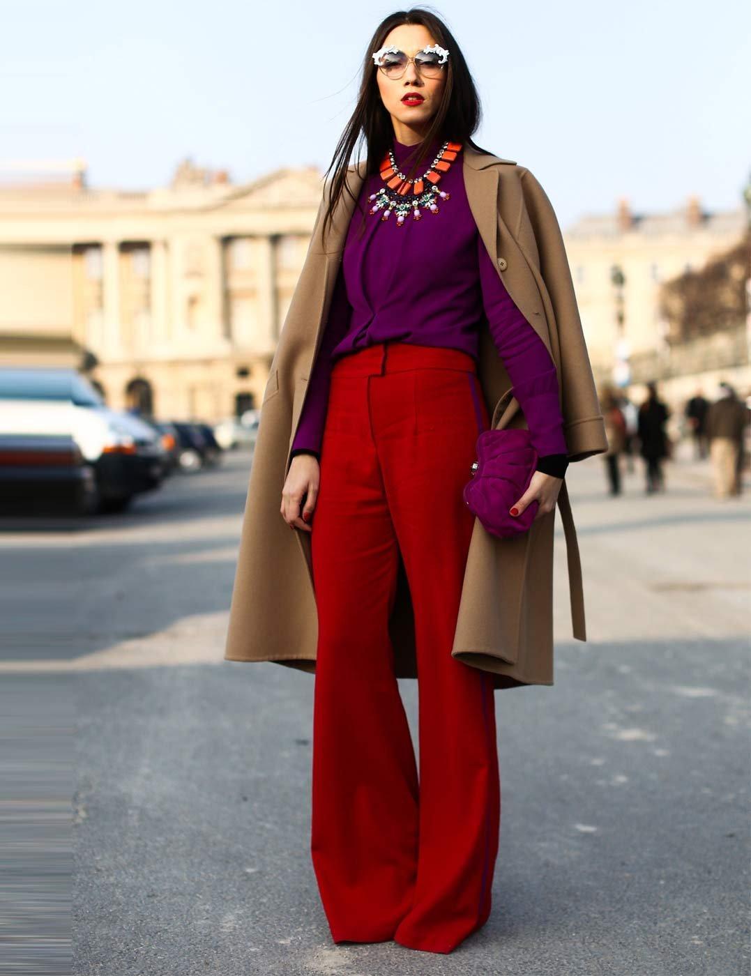 С чем носить фиолетовую блузку - с яркими красными брюками