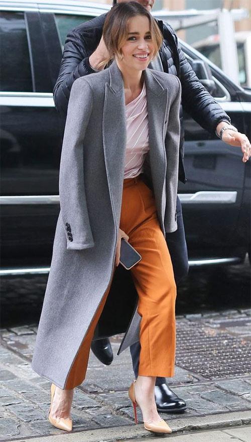 Эмилия Кларк в сером пальто
