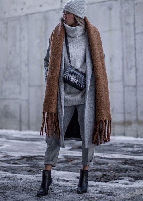 Серое пальто - коричневый шарф