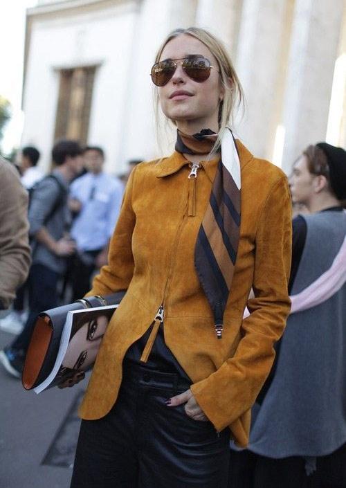 Шелковый шарфик и замшевая куртка