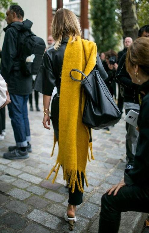 Желтый палантин на городской моднице