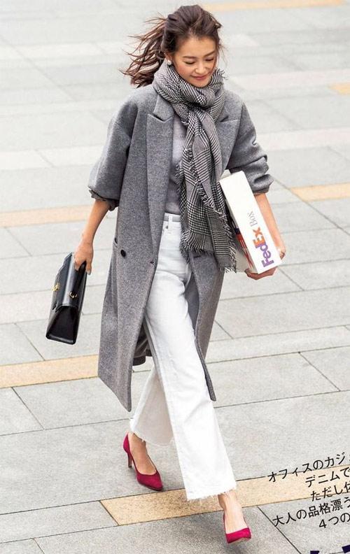 Серое пальто в сочетании с серым шарфом