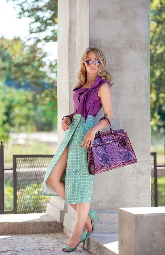 Фиолетовая блузка в сочетании с бирюзовой юбкой пастельного оттенка
