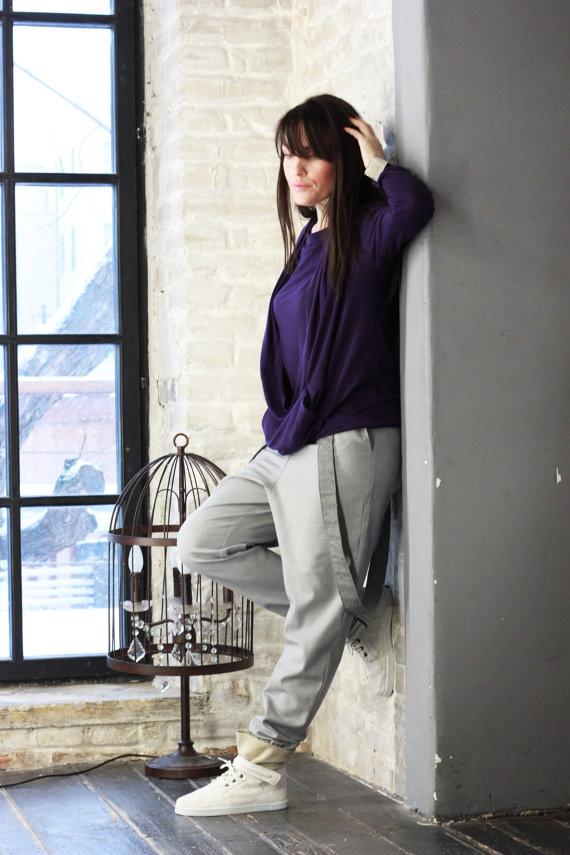 Темно-фиолетовая блузка и серые штаны в сочетании с белыми кедами