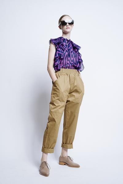 Фиолетовая блузка в сочетании со светло-коричневыми брюками