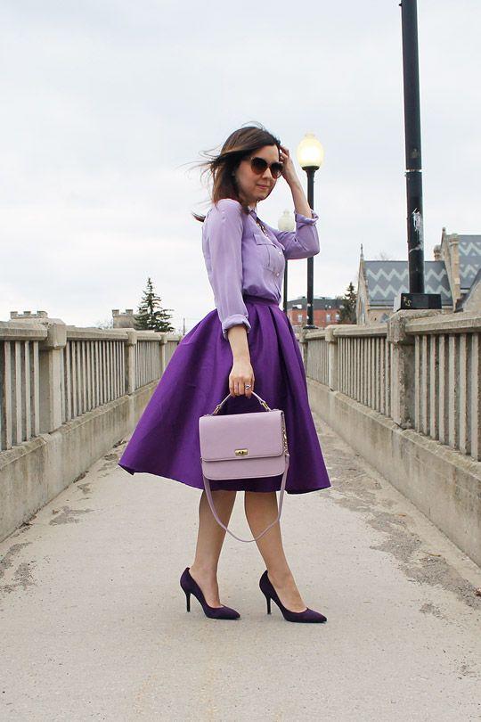 Сочетание светлой фиолетовой блузки и темно-фиолетовой юбки