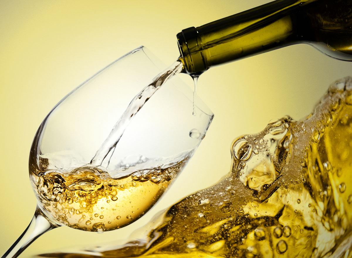 Белое вино в четверке нежелательных напитков на Новый год