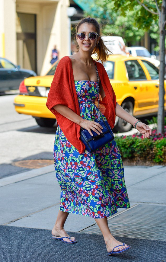 Джессика Альба в сланцах и платье с цветочным принтом