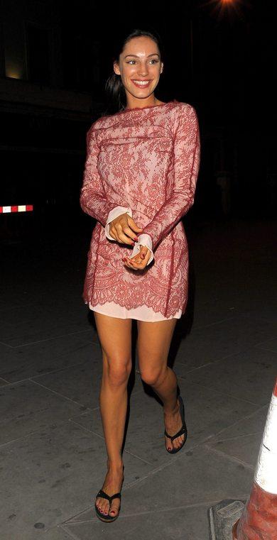 Келли Брук в коротком платье и с черными сланцами
