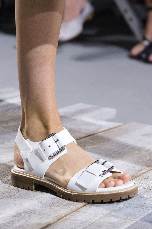 С чем носить сандалии летом 2018: модный обзор, советы по выбору и 25 образов на фото