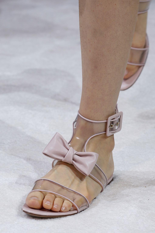 Нежно-розовые пластиковые сандалии от Valentino весна-лето 2018