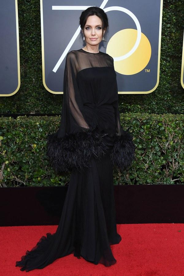 Анджелина Джоли в черном платье с перьями