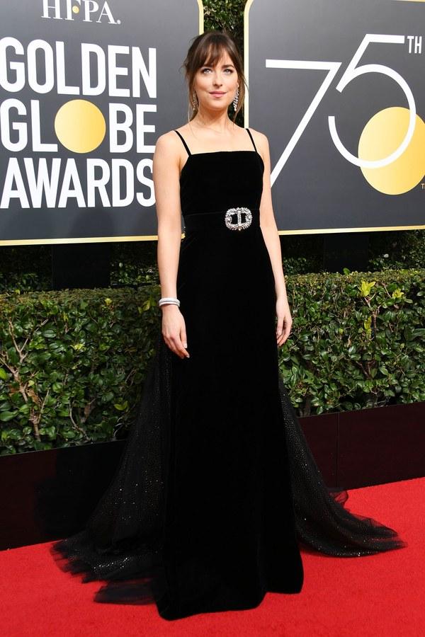 Дакота Джонсон в черном платье на Golden Globe Awards 2018