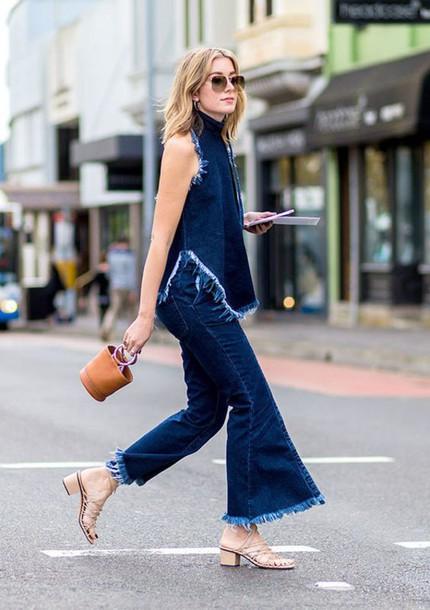 Как носить сандалии с джинсами-клеш
